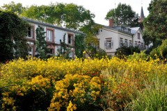 Präriestauden mit Gärtnerhaus und Villa  © Cassian Schmidt